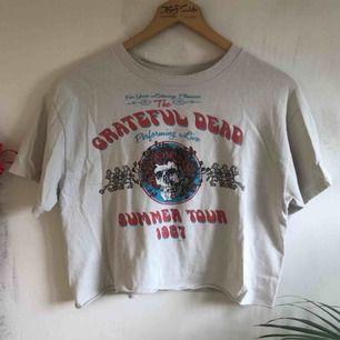 Asball tröja med det asballa bandet Grateful Dead! Köpt på Brandy Melville 💕kolla gärna på allt annat jag säljer💕