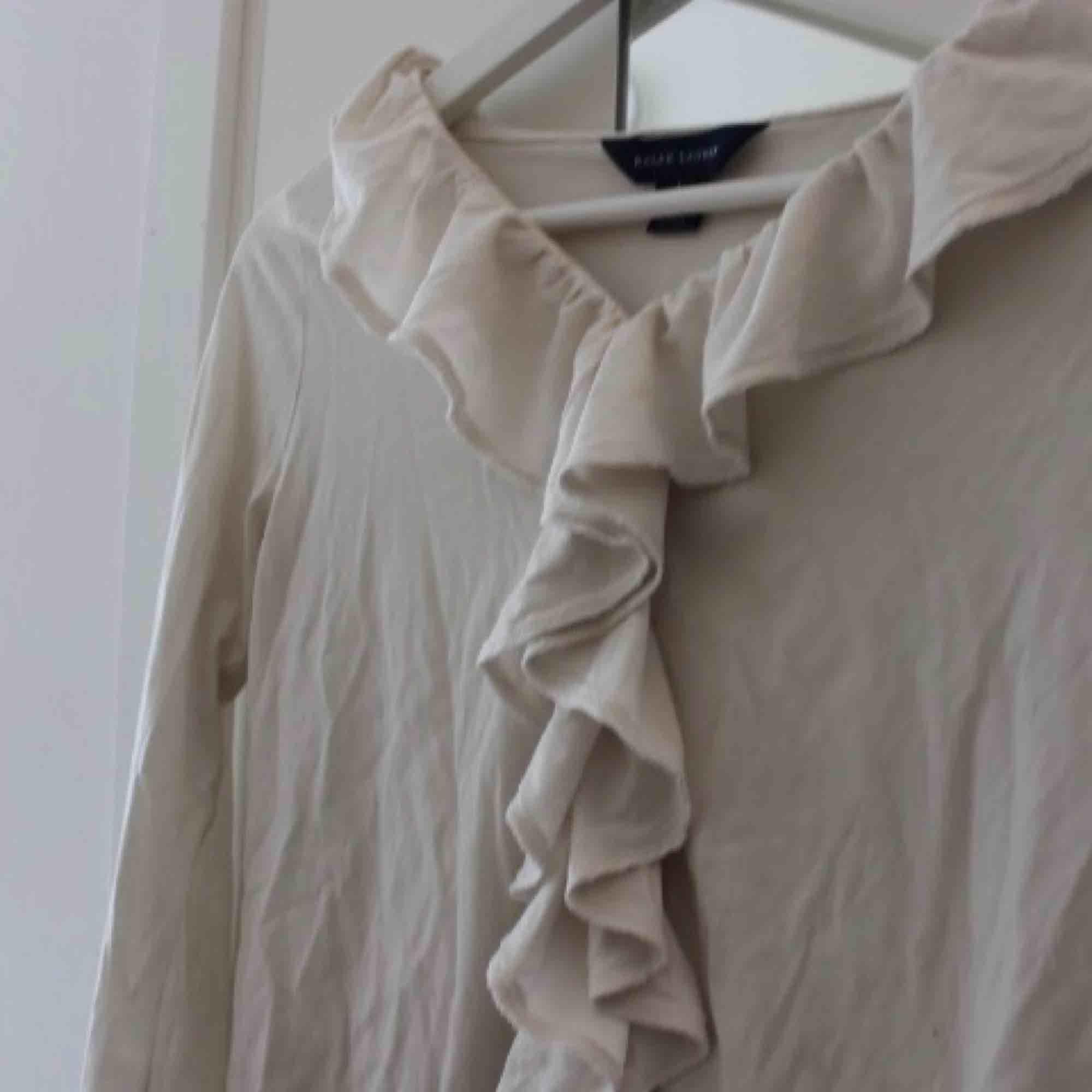 Söt tröja med volanger från Ralph Lauren. Äkta vara. Från barnavdelningen (12-14ÅR), passar xs 💕 Frakt: 59:- . Tröjor & Koftor.