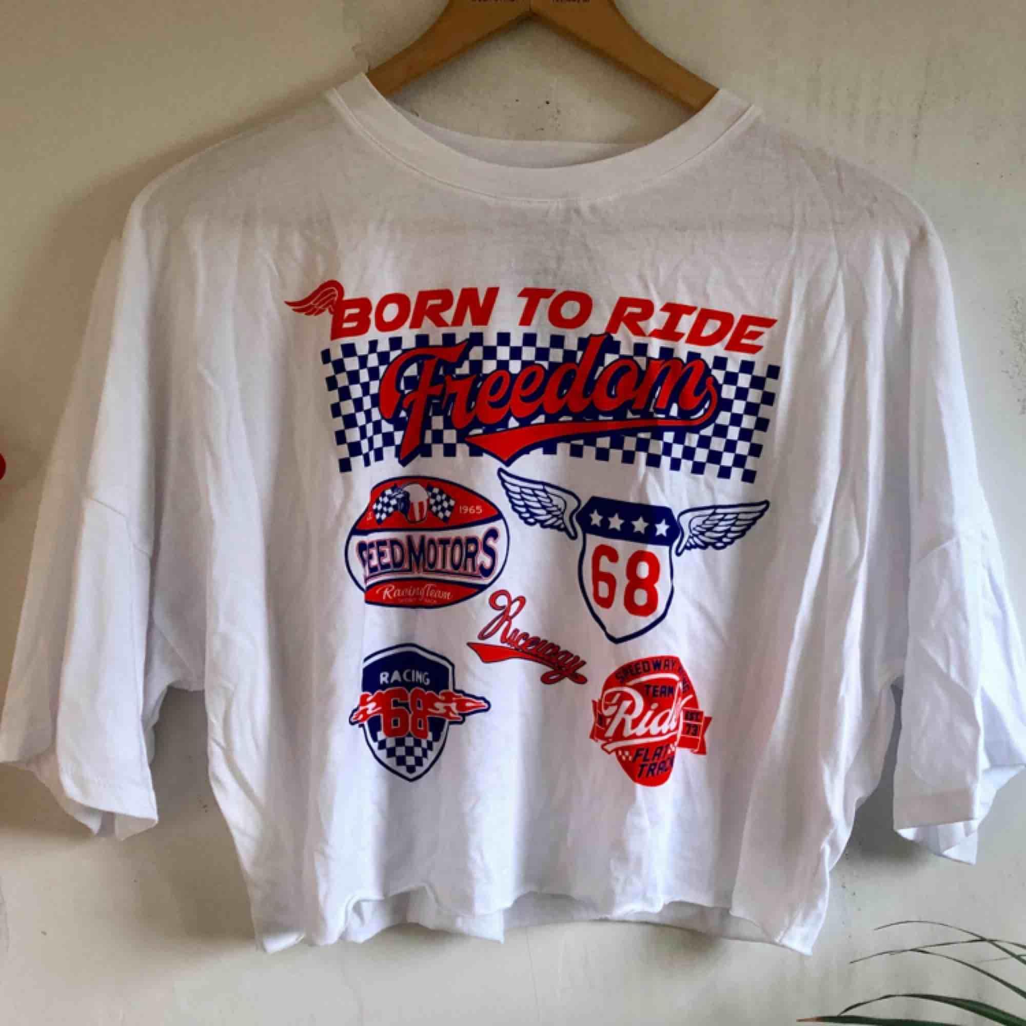 Croptop från Forever21. Helt ny med prislapp kvar! Frakten ingår i priset💕kolla gärna på allt annat jag säljer💕. T-shirts.
