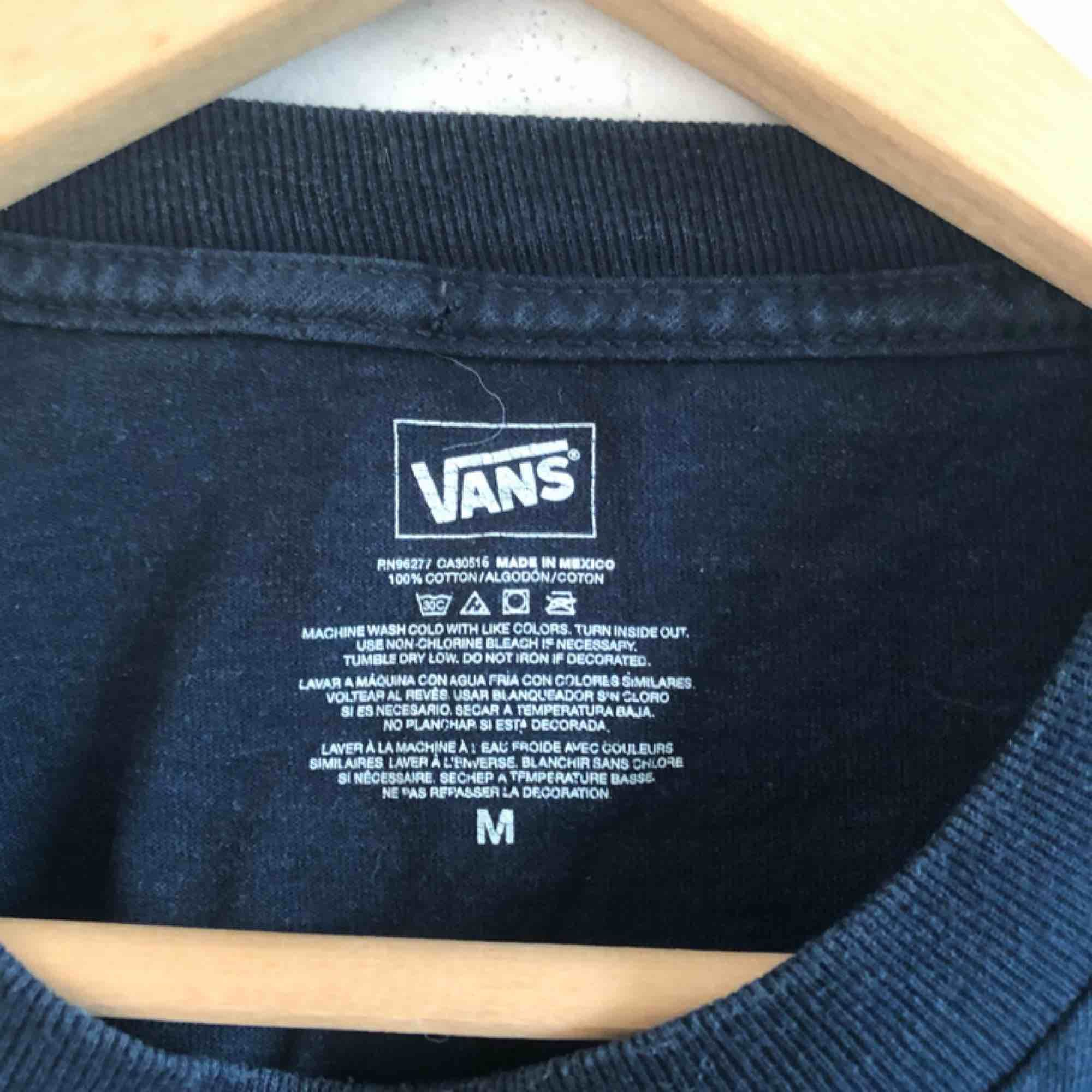 Ball tröja från Vans. Köpt 2hand. Herrstorlek M. 💕kolla gärna på allt annat jag säljer💕. T-shirts.