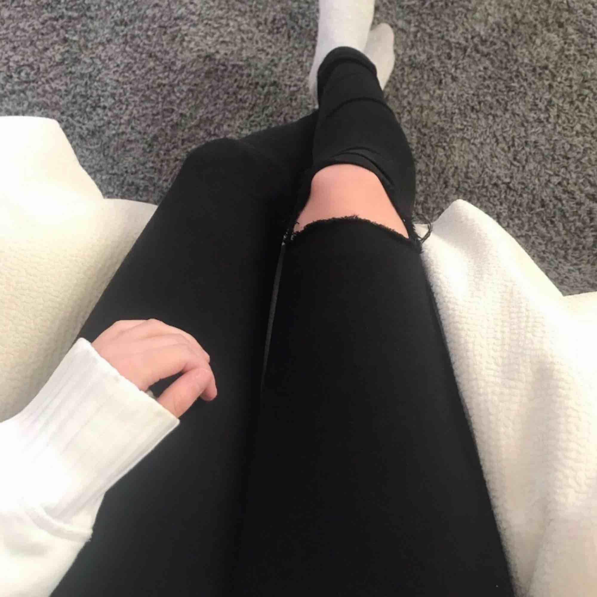 Jeans med snyggt hål på ena knäet 💕 Låg midja. Ordinarie pris cirka 1200:- Frakt: 59:-. Jeans & Byxor.