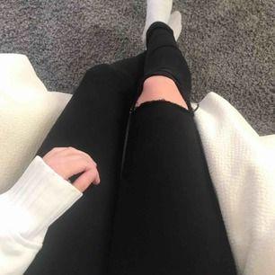 Jeans med snyggt hål på ena knäet 💕 Låg midja. Ordinarie pris cirka 1200:- Frakt: 59:-