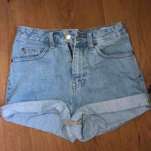 As härliga sommar shorts från dr.denim(stl på dom är 25 men dom passar mer en 24) köparen står för frakt eller kan mötas upp i Stockholm.