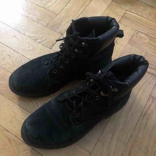 Svarta klassiska kängor ifrån Nelly. Använda men fortfarande i bra skick. Behöver nya skosnören! Stl 38. Skickas mot en fraktkostnad på 90kr.