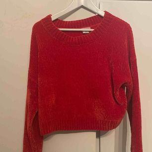 Mysig röd tröja från urban outfitters, använd 5 gånger kanske.  Något kortare i modellen.