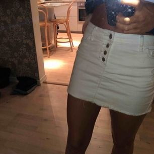 Stretchig vit jeanskjol.