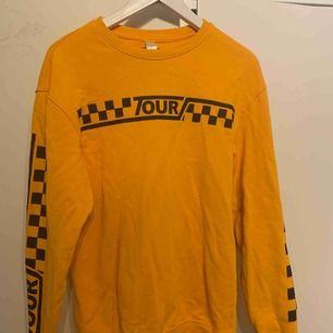 Stor tröja så mer S än SX, mysig och orange/gul.