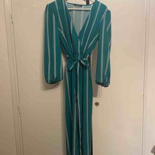 Långklänning från GinaTricot, lite grönare i verkligheten än på bild. Två slitsar och ett bälte i midjan. Aldrig använd för har inte fått tillfälle :(