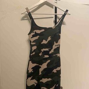 En figurnära klänning från zara, liten slits under rumpan