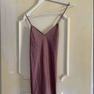 oanvänd nattlinne färg siren lila. frakt ingår. den går över knäna på mig som är 155 lång. material är silke, satin