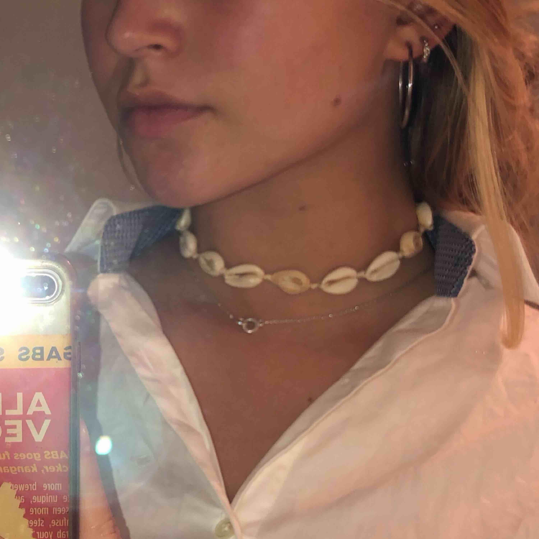 Gulligt snäckhalsband köpt i Australien! Snäckorna är från Australiensiska stränder, längd går att justera och passar därför alla. Kan gärna mötas upp i Stockholm eller så står köparen för frakt! <3. Accessoarer.
