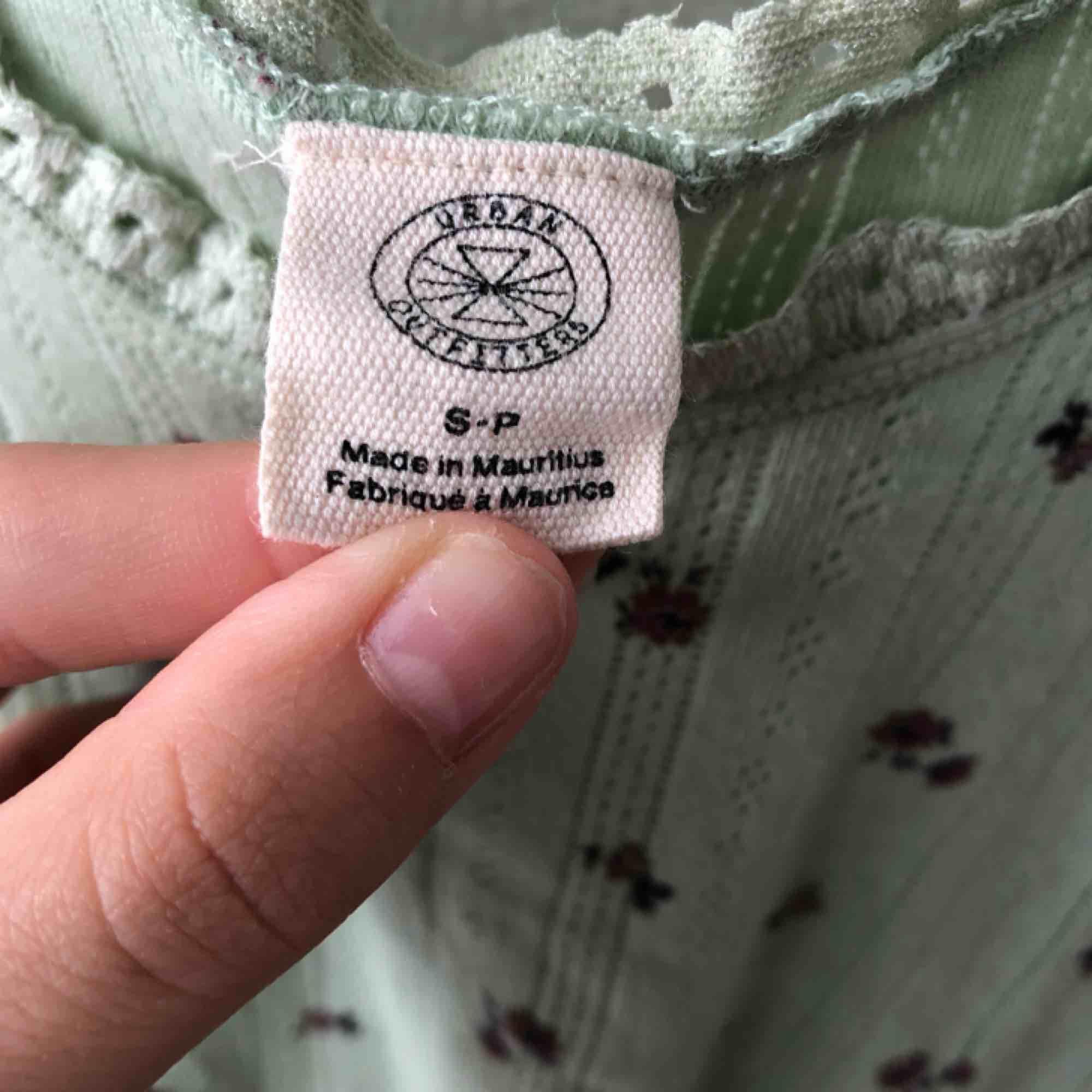 Jättesöt top från Urban Outfitters! Använd några gånger och tvättad. Köparen står för frakt.. Toppar.