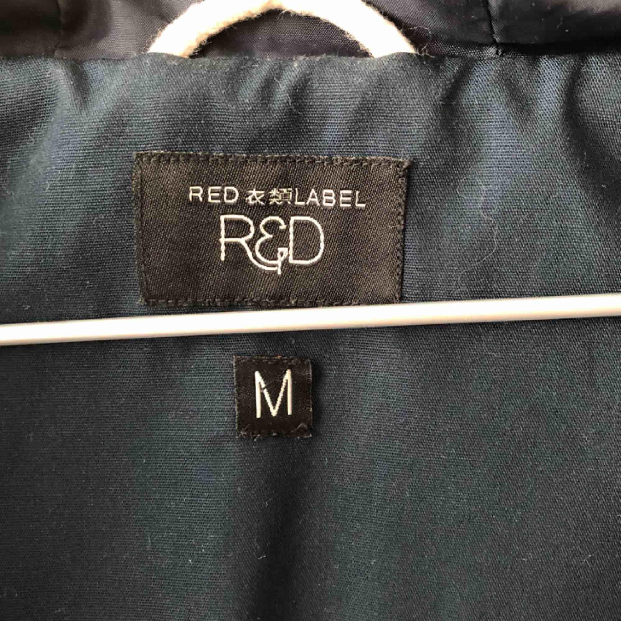 Jacka av märket Red Label köpt på Carlings! Jackan har en fint mönster på insidan kan skicka fler bilder om så önskas. Frakt ingår. Jackor.