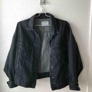 Svart jeansjacka från PULL&BEAR! Köparen står för frakt.