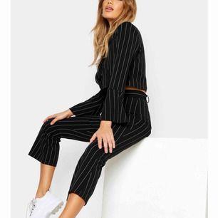 Ett kostym set från boohoo, aldrig använt pga fel storlek. Är storlek 40 men skulle säga att det är som en 38a. Det är både byxor och blazer i svart. Frakt betalas av köparen. Pris kan diskuteras.