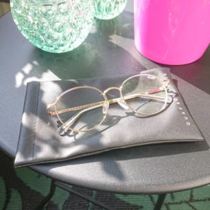 Solglasögon i modellen I See You från märket Quay Australia. Gold/clear blue light lens. I nyskick!