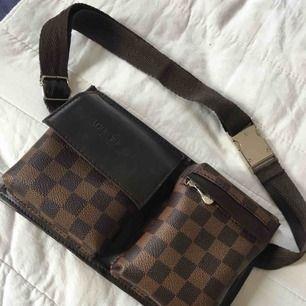 Louis Vuitton bältes väska oäkta , jättefin lagom om man inte vill ha med sig mycket grejer..  Köpt begagnad på lyxloppisen använd två gånger..  Ska den skickas så får köparen stå för frakt.