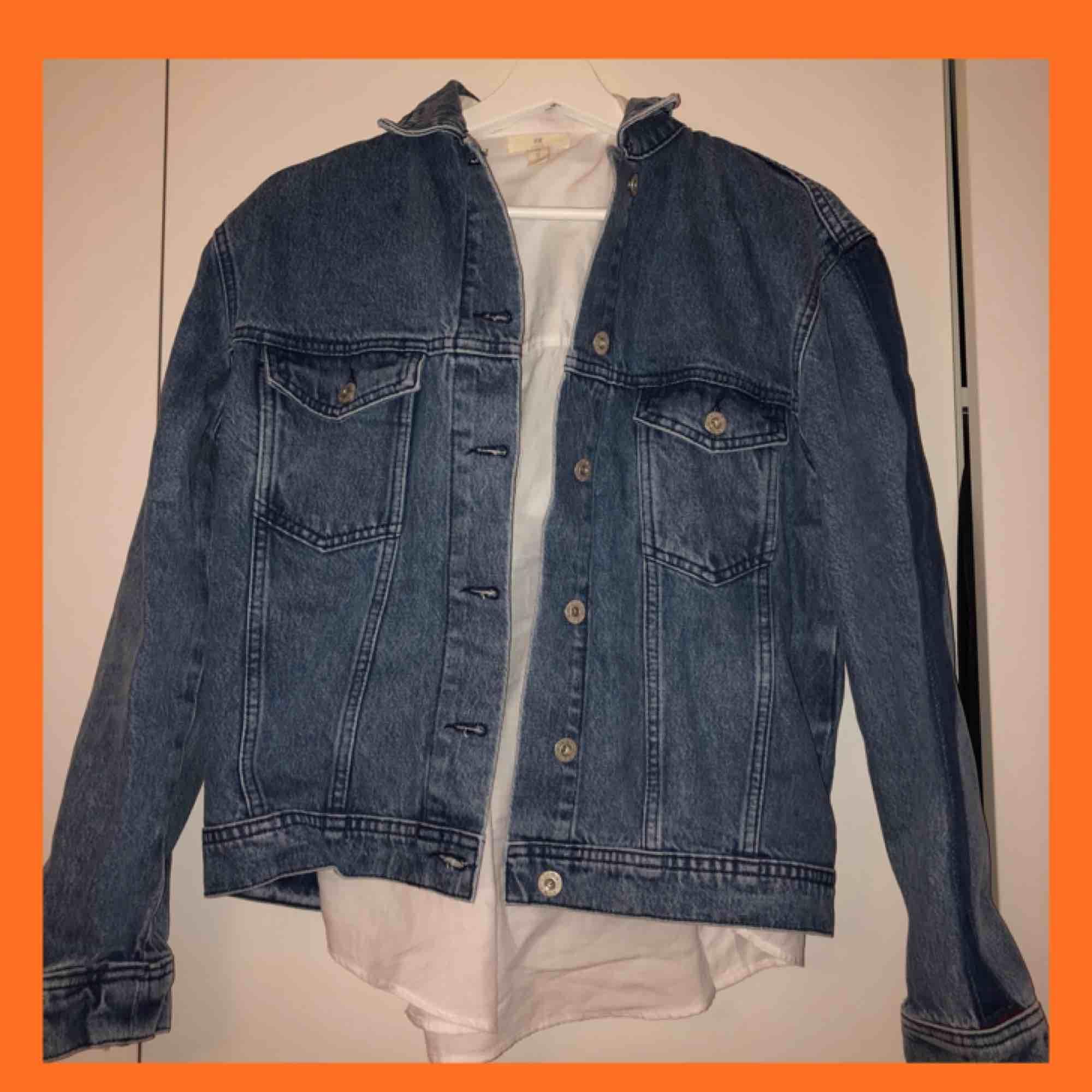 Helt ny jeansjacka från NAKD, köpte i Våras men har inte kommit till användning då jag hittade en lång jeansjacka som jag köpte istället. Hoppas denna kan få passa någon annan🥰. Jackor.