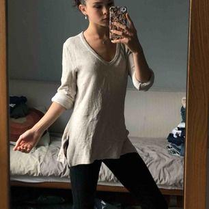 Skön elastisk tröja från bik bok i storlek XS. Har varit med mycket då det vart en favorit, men den är ändå i bra skick! Funkar för lite kyligare sommar dagar och även under vintertid.