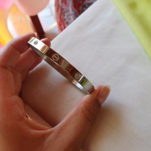 Cartier armband (kopia) i silver finns i guld och silver med och utan stenar. Frakt 9 kr betalning via swish