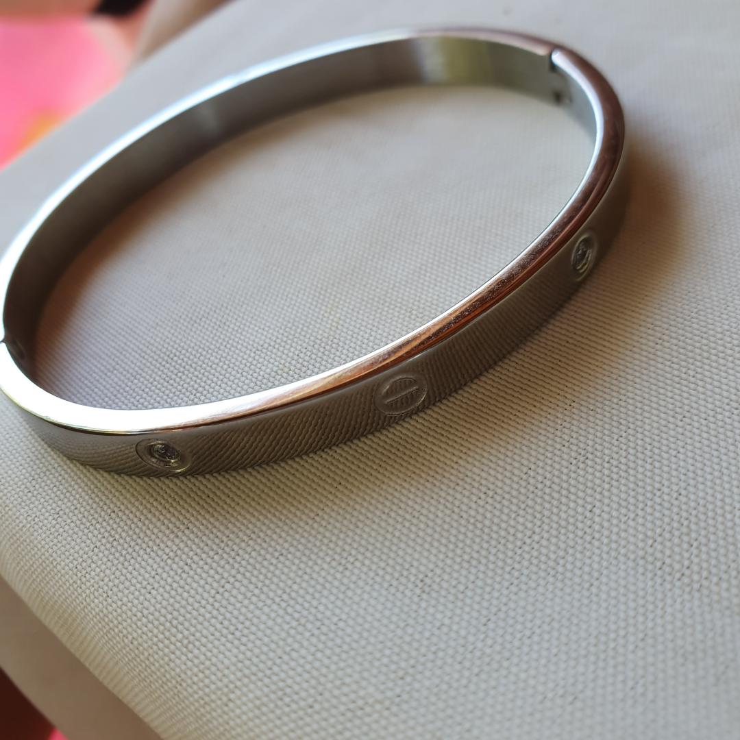 Cartier armband (kopia) i silver finns i guld och silver med och utan stenar. Frakt 9 kr betalning via swish . Accessoarer.