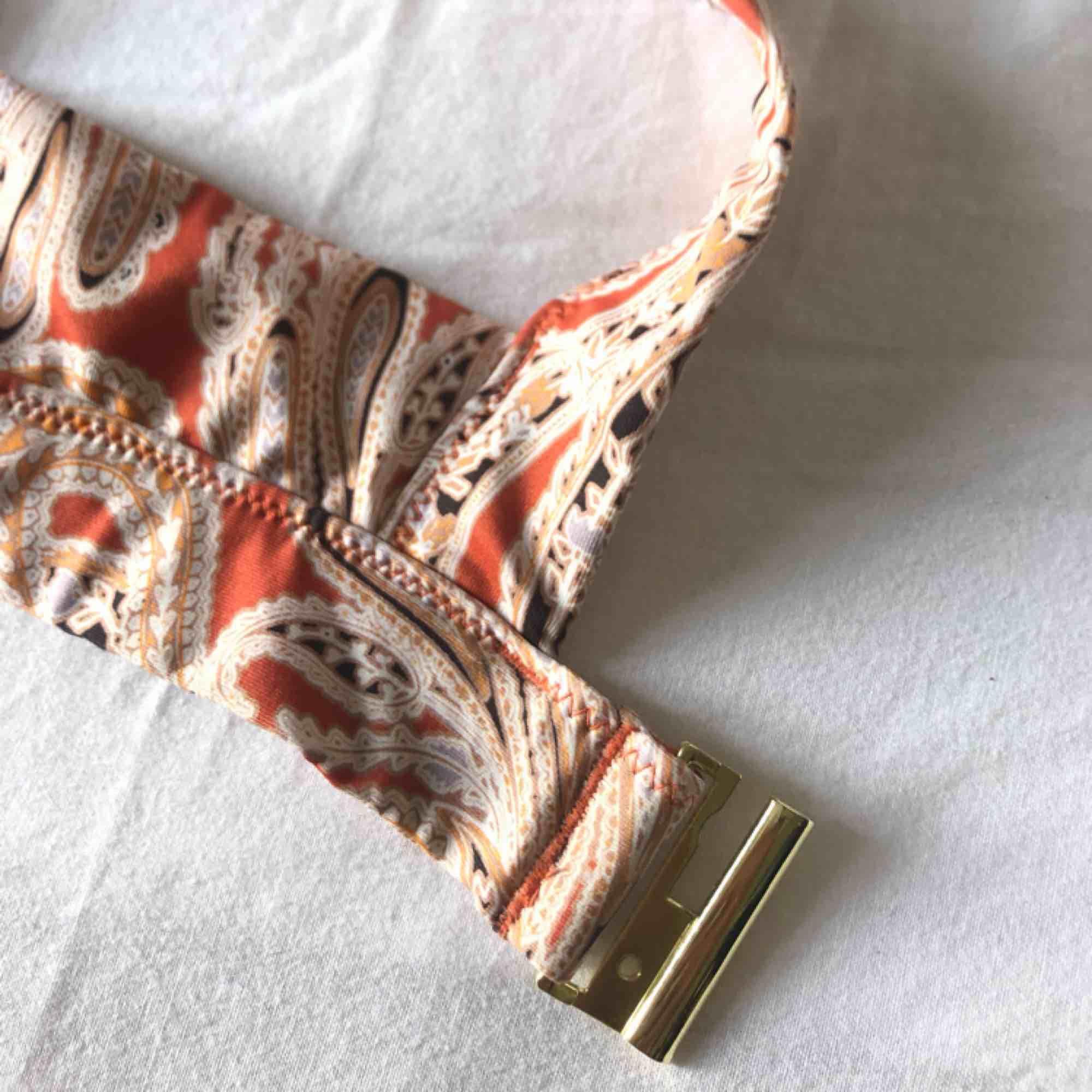 Fräsch bikini som är använd en gång, så fina färger som passar när man är brun! (Sjukt snygg till guldiga smycken med 😜) . Övrigt.