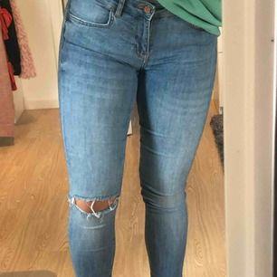Storlek 36 men skulle säga att de även passar 38 eftersom att jag är en 38💙 Jeans men hål💙 Jättebra skick💙 Frakt tillkommer💙