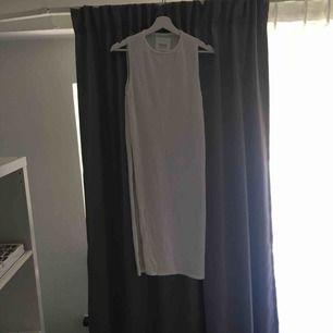 Vitt långt linne/klänning med hög slits på båda sidorna i str:S från Carlings