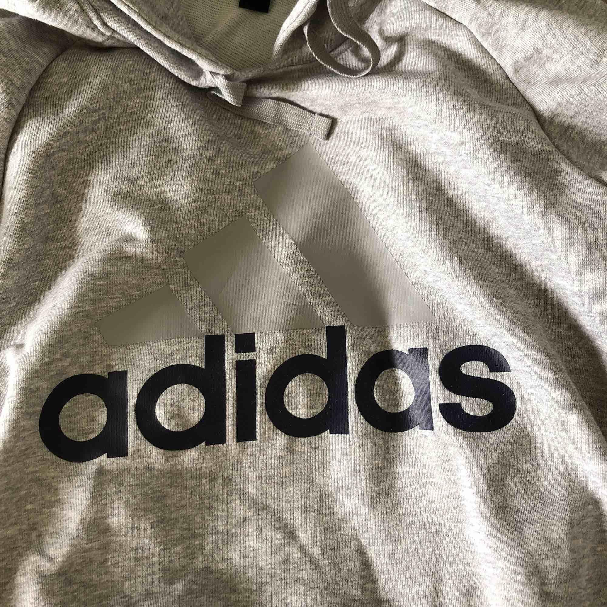 Supersnygg Adidas hoodie i nyskick som tyvärr används alldeles för lite! Storlek S men passar Xs-M beroende på hur man vill art den ska sitta. Köparen står för eventuell frakt. Huvtröjor & Träningströjor.