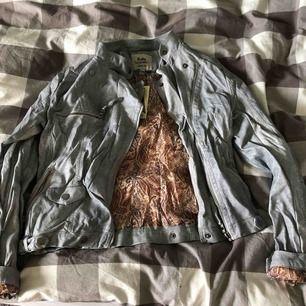 """Jättefin """"läder"""" jacka köpt för ca 1 år sedan men endast testad. Storleken är S men lite liten så skulle säga att den är mer emot en Xs-S. Köparen står för eventuell frakt!"""