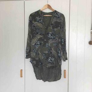 Söt tunika köpt i Italien på semester! Har använt den som strandklänning innan men fungerar 100% som blus också! Lite längre baktill än framtill och superfint Paisley-mönster på!