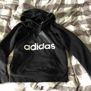 Supersnygg Adidas hoodie i nyskick som tyvärr används alldeles för lite! Storlek S men passar Xs-M beroende på hur man vill att den ska sitta. Köparen står för eventuell frakt
