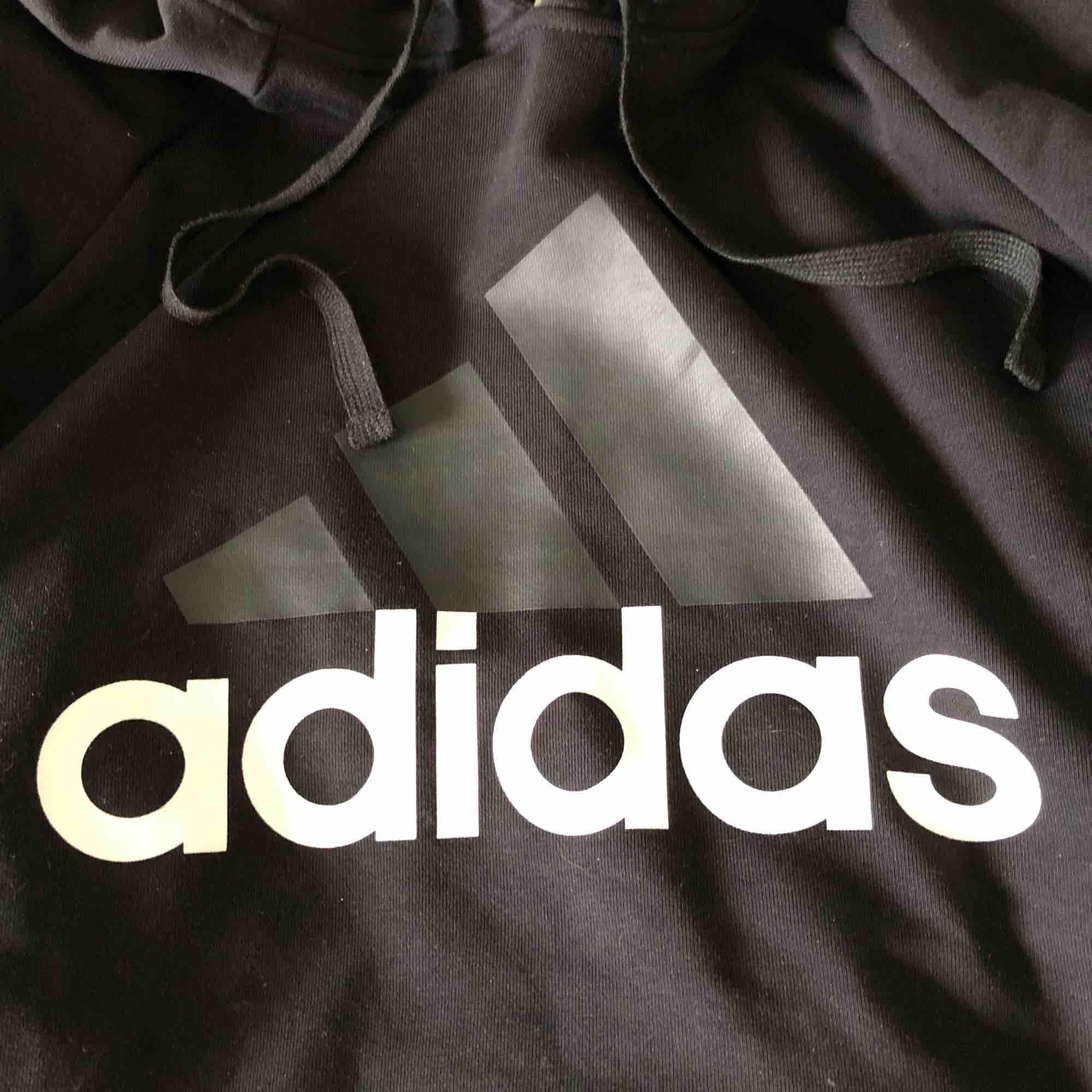 Supersnygg Adidas hoodie i nyskick som tyvärr används alldeles för lite! Storlek S men passar Xs-M beroende på hur man vill att den ska sitta. Köparen står för eventuell frakt. Huvtröjor & Träningströjor.