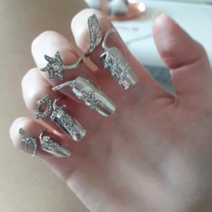 4pack Metallic smyckade nails köpta i Spanien💟Perfekt för någon look till Halloween eller liknande! Du sätter bara på dem som ringar o behöver ej krångla med ngt lim👍 Ringen för varje nagel går att storleksskifta till större elr mindre-däremot är nagelstorleken på naglarna för relativt små naglar/fingrar(nu har jag lite fail på bilderna då jag har vissa naglar långa under).  Frakt: 9:-