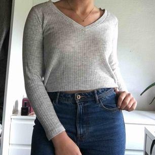 Jättefin ribbad tröja från Bikbok. Pris: 80kr + 40kr frakt💗💗💗(tröjan är uppvikt på bilden)