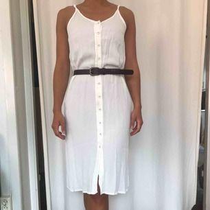 Jättefin klänning från Topshop!  Sparsamt använd. Något genomskinlig och den har en pytteliten fläck vid en knapp i midjan.  Kan skickas!