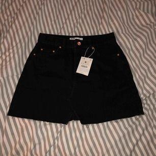 En fin och skön svart jeans kjol från Bershka! Aldrig använd (enbart testad av mig). Köparen står för frakten som ligger runt 80!