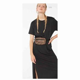 Mörk grå maxklänning/t-shirt klänning från Monki. Oanvänd, mjukt material, inte genomskinlig.   Kan mötas upp i Sthlm eller frakta med då står köparen för det.