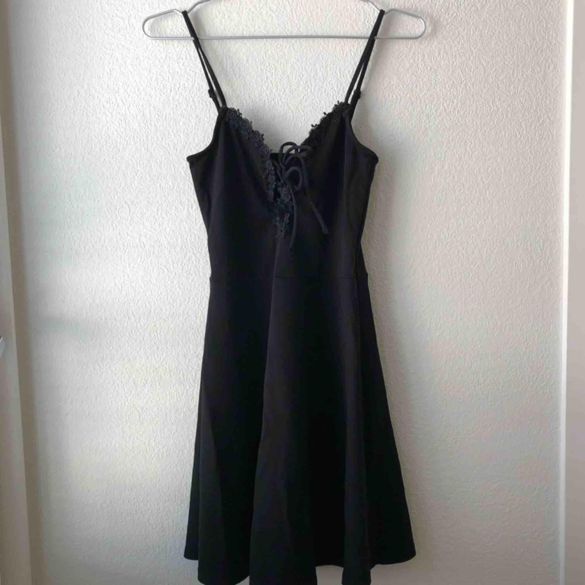 Liten svart och söt klänning från H&M! Aldrig använd bara provad. Köparen står för frakt!. Klänningar.