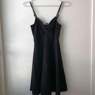 Liten svart och söt klänning från H&M! Aldrig använd bara provad. Köparen står för frakt!
