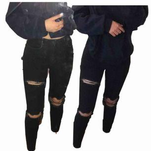 Svarta jeans från Gina Tricot med slitningar. Sparsamt använda, tvättade en gång. Slitningarna är fullt intakta. Tjockt och stretchigt material. Höga i midjan, täcker precis min navel. Fickor fram och bak.   Kan mötas upp i Sthlm. Frakt står köparen för.