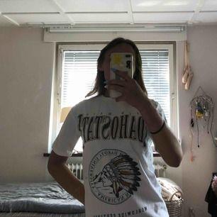 Vit t-shirt från Pull & bear. Med tryck på framsidan.