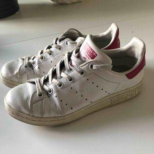 Adidas Stan Smith i gott skick med rosa detaljer. Säljes då de inte används längre