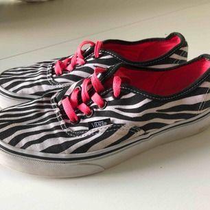 Låga vans med zebra print och rosa skosnören. Säljes då de inte används längre.  Köparen står för fraktkostnad✨