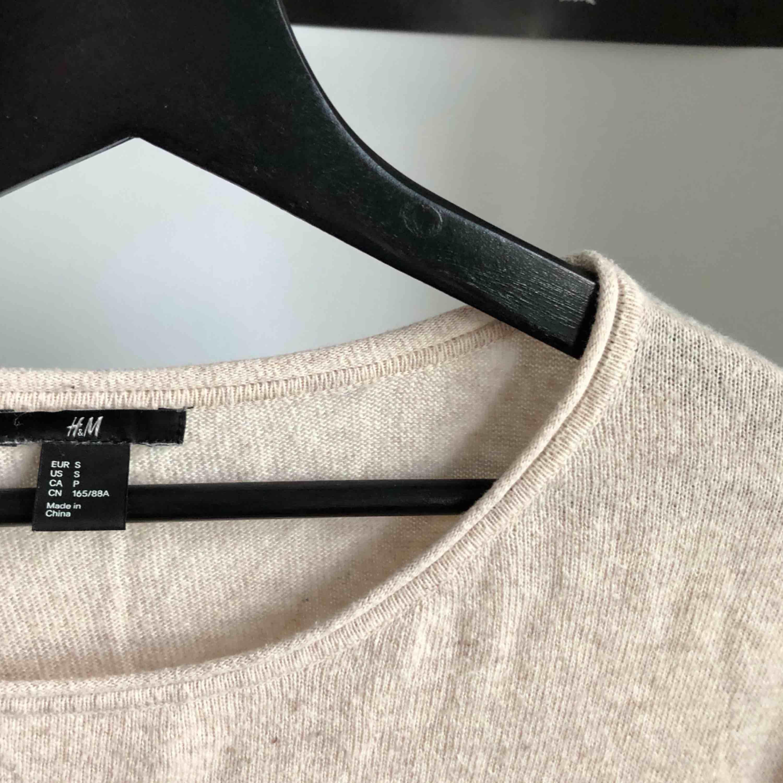Fin beige tröja ifrån H&M 💕. Stickat.