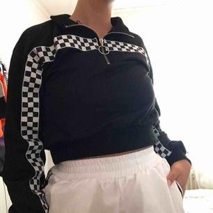 Croppad tröja i storlek XS/S. Inte använd då jag byter stil hela tiden, så i nyskick 💓 frakt blir 55kr