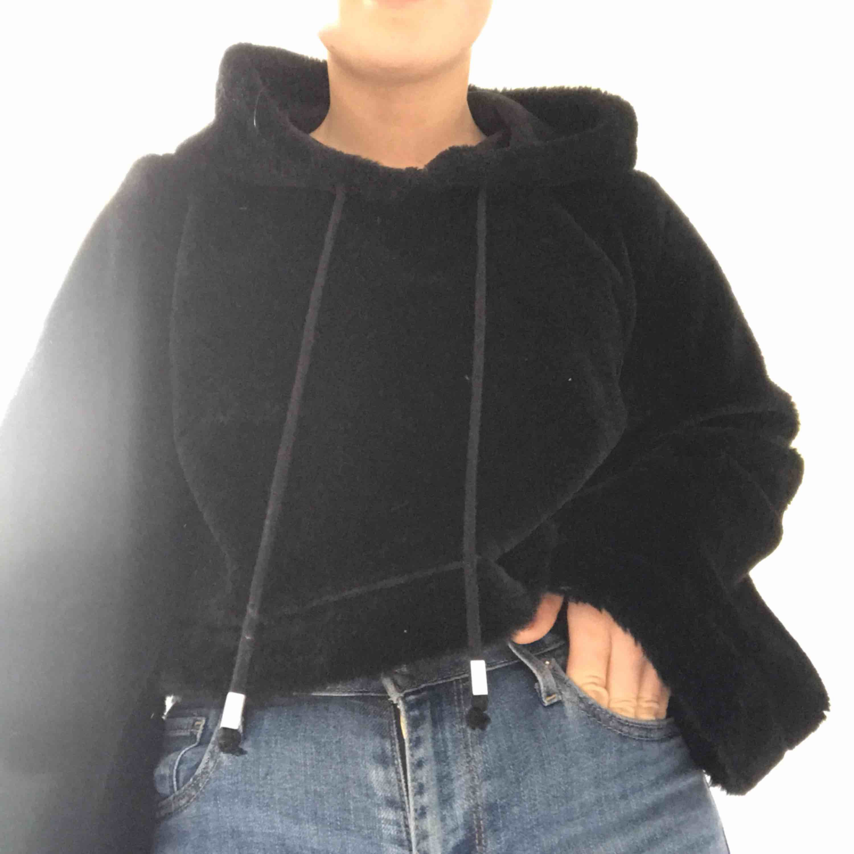 Svart Croppad hoodie i synten päls från forever 21. Köpt i new york för 300kr. Använd 2 gånger.. Huvtröjor & Träningströjor.
