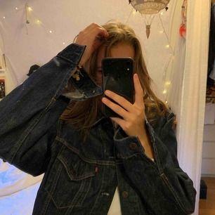En vintage Levis jacka i storlek XL, passar även skit snyggt som oversized om man är mindre storlek!! Jackan är mörkblå jeans och nästintill aldrig använd! Superbra skick😍 fraktar och möts upp i centrala uppsala❤️