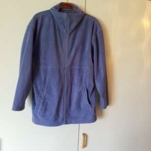 Lilablå fleecetröja/jacka med fickor, står ingen storlek i men passar M, mimdre och större beroende på hur man vill ha den