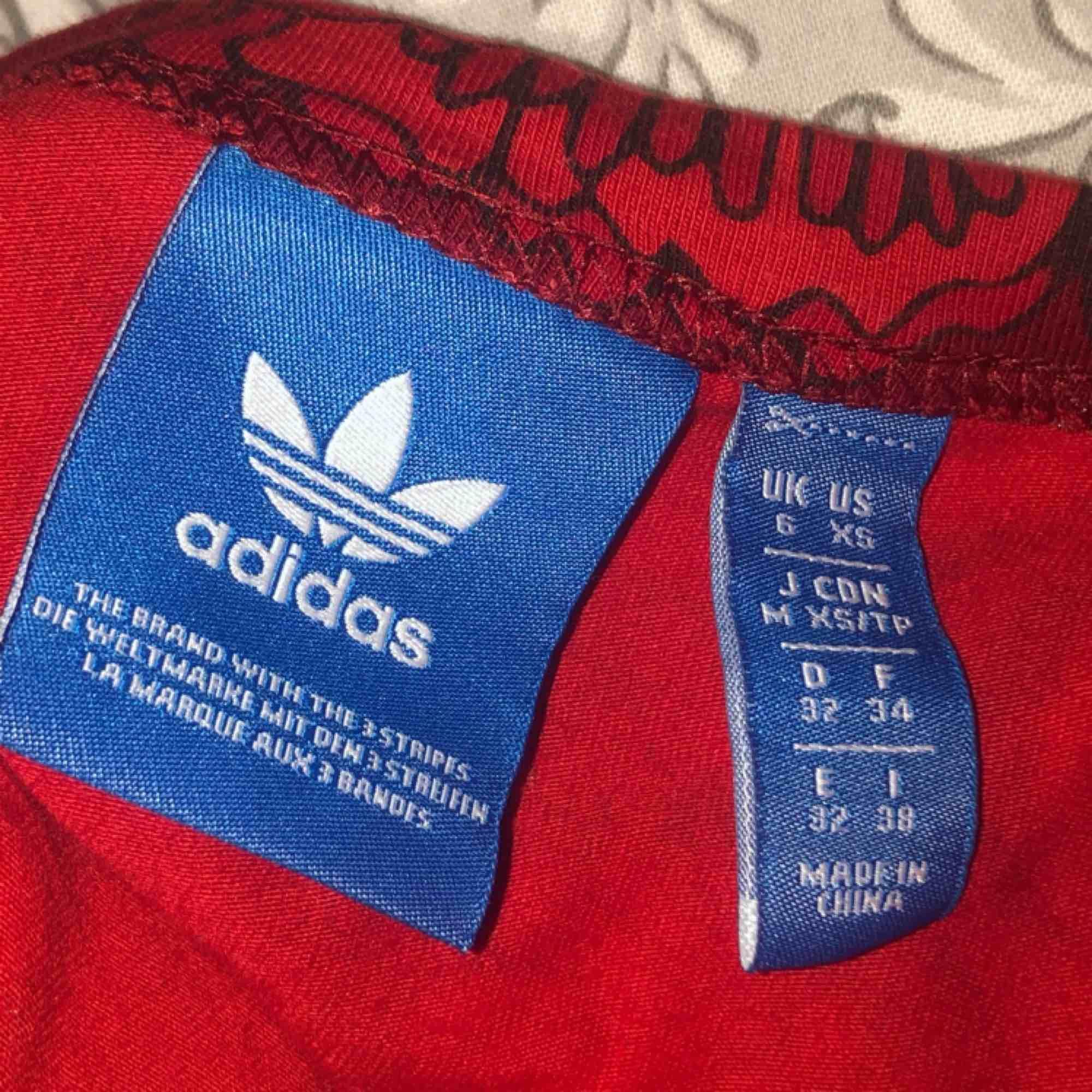 Söt magtröja från Adidas. Även snygg att ha under t-shirts🥰. Toppar.